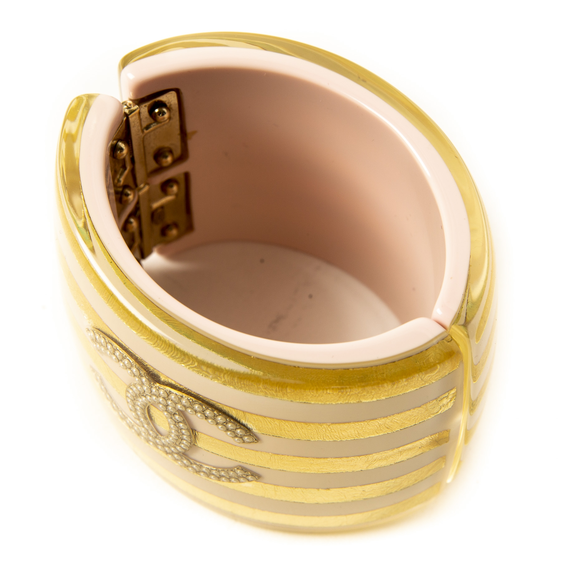 Authentieke Tweedehands Chanel Gold Pink Striped Resin Cuff Bracelet Pearl CC Logo juiste prijs veilig online shoppen luxe merken webshop winkelen Antwerpen België mode fashion