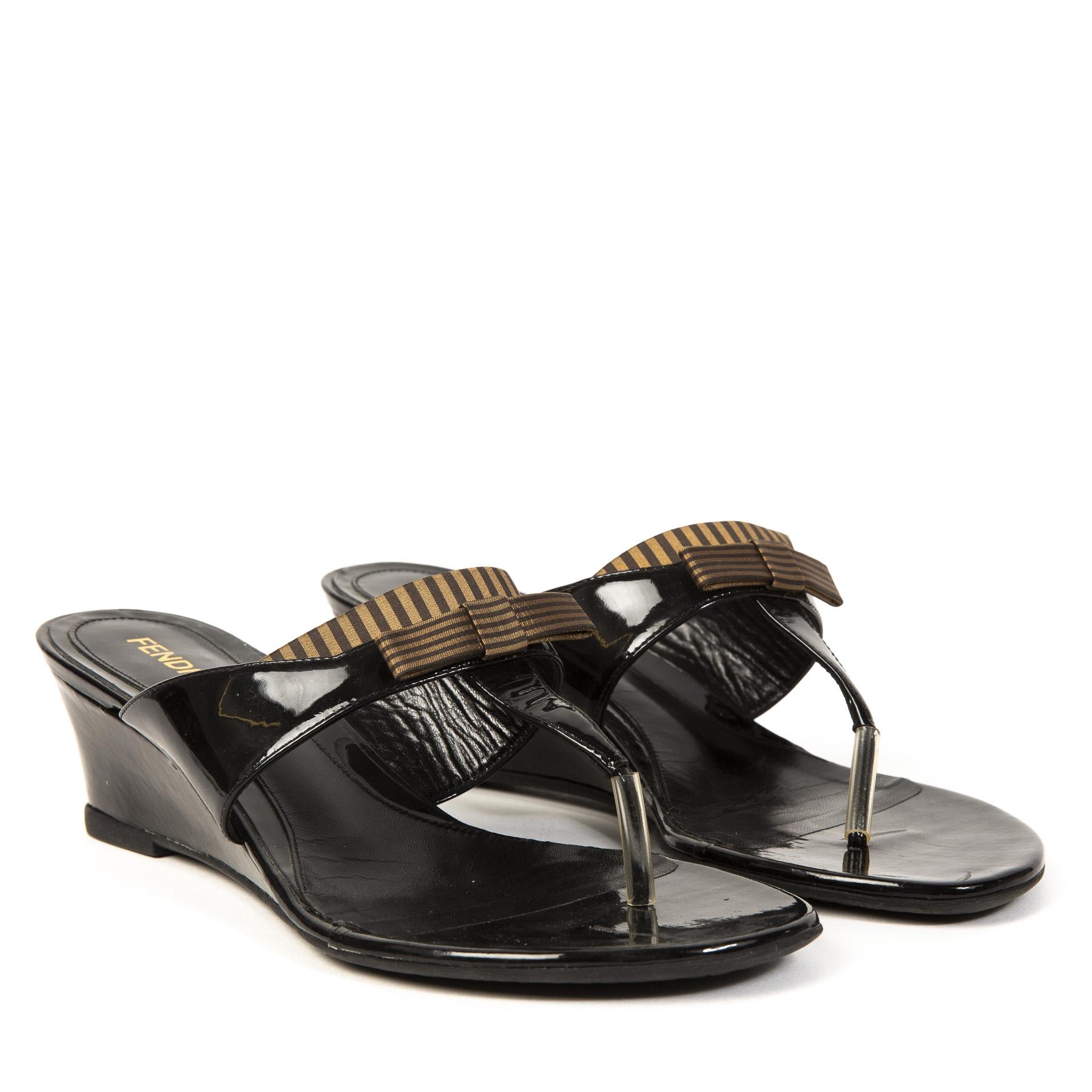 Authentieke Tweedehands Fendi Black Patent Striped Bow Thong Low Wedge Sandals juiste prijs veilig online shoppen webshop luxe merken winkelen Antwerpen België mode fashion