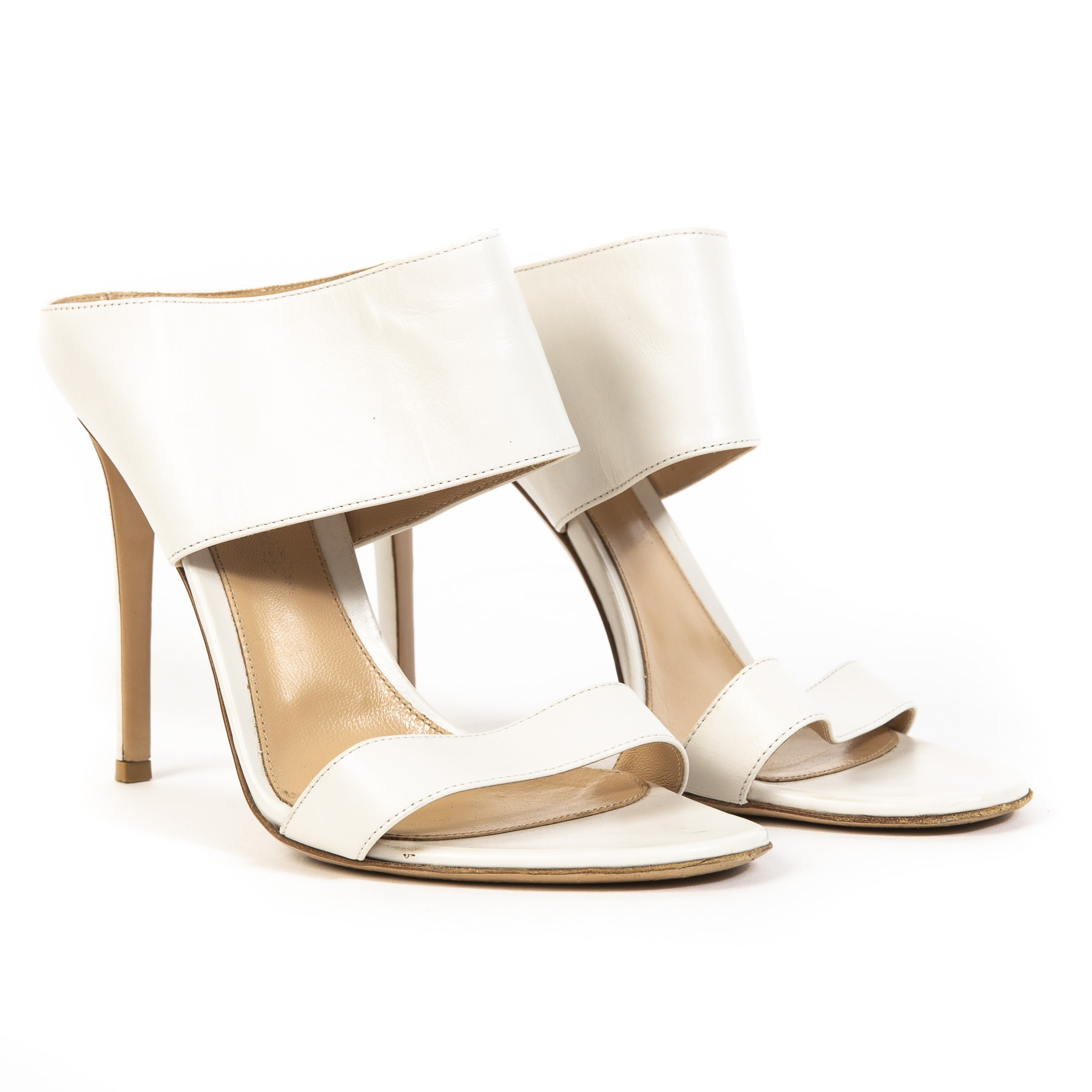 Buy authentic secondhand Gianvito Rossi shoes at labellov webshop.