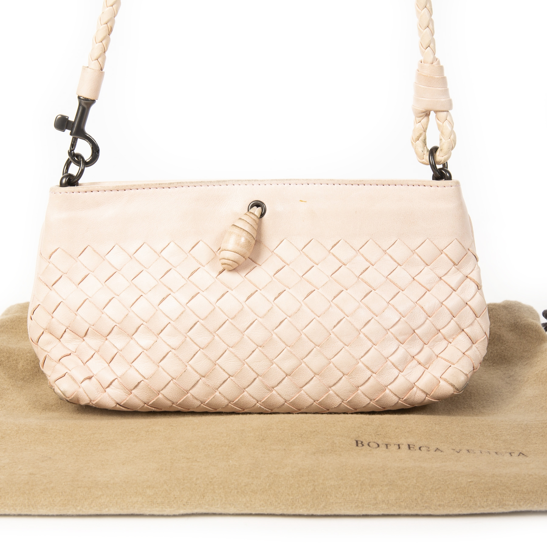 Bottega Veneta Pink Quarzo Clutch.  Buy secondhand Bottega Venetta handbags at Labellov. Safe online shopping at a fair price. Koop tweedehands Bottega Venetta handtassen bij Labellov. Veilig online winkelen voor een eerlijke prijs.
