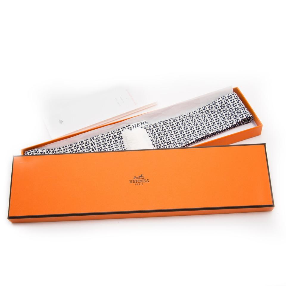 Acheter secur en ligne votre foulard en soie d'Hermes pour le meilleur prix
