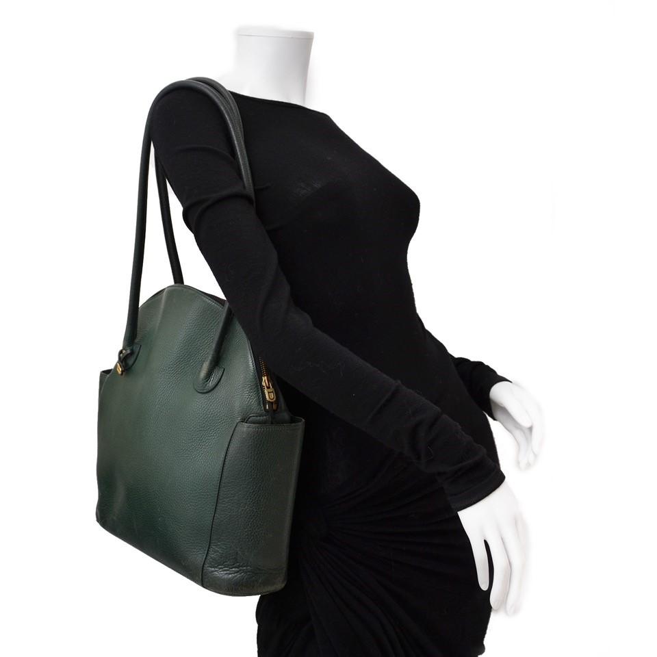 Vintage Delvaux green handbag for the best price at Labellov webshop. Safe and secure online shopping with 100% authenticity. Vintage Delvaux vert sac à main pour le meilleur prix.