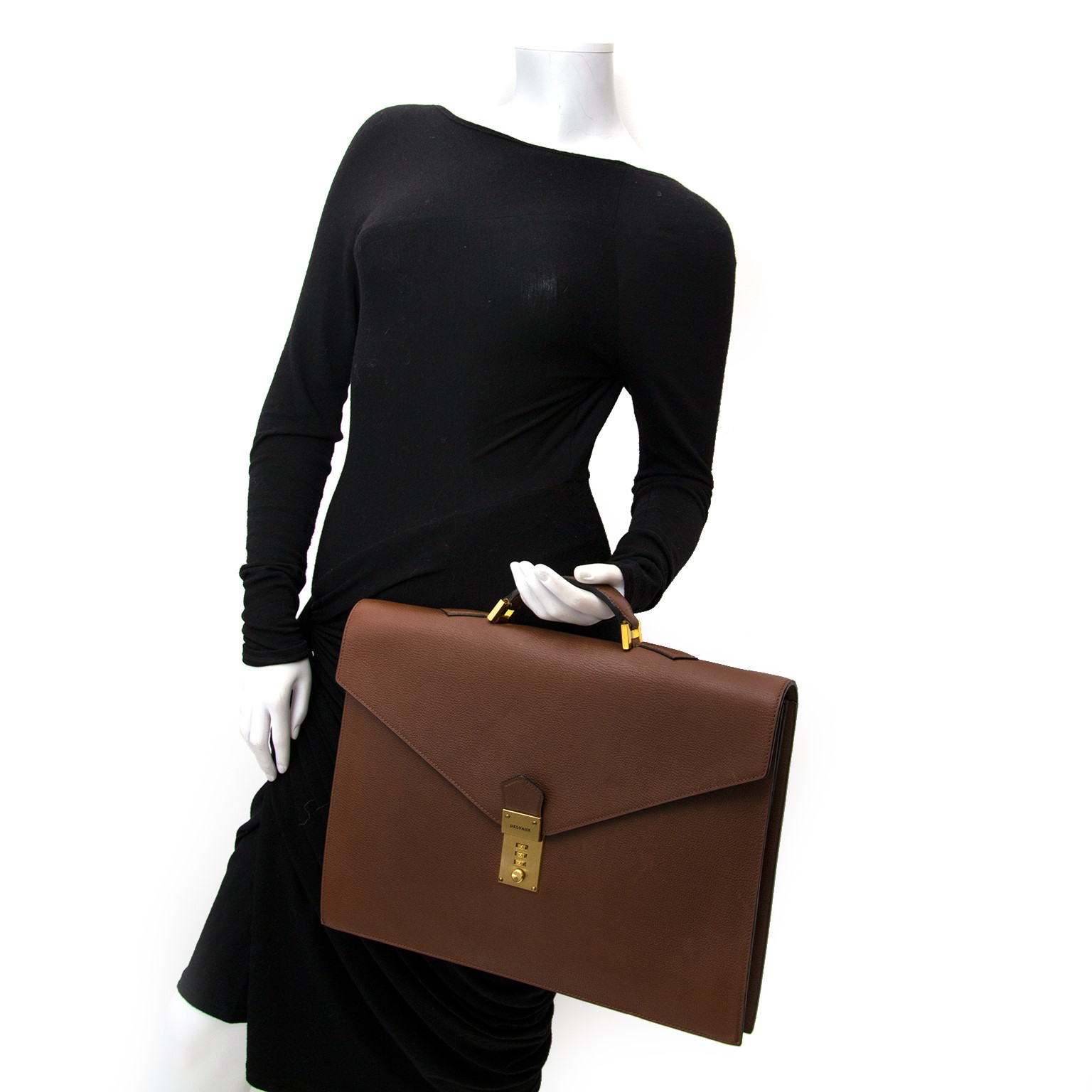 Vintage Delvaux brown briefcase for the best price at Labellov webshop. Safe and secure online shopping with 100% authenticity. Vintage Delvaux brun cartable presse pour le meilleur prix.