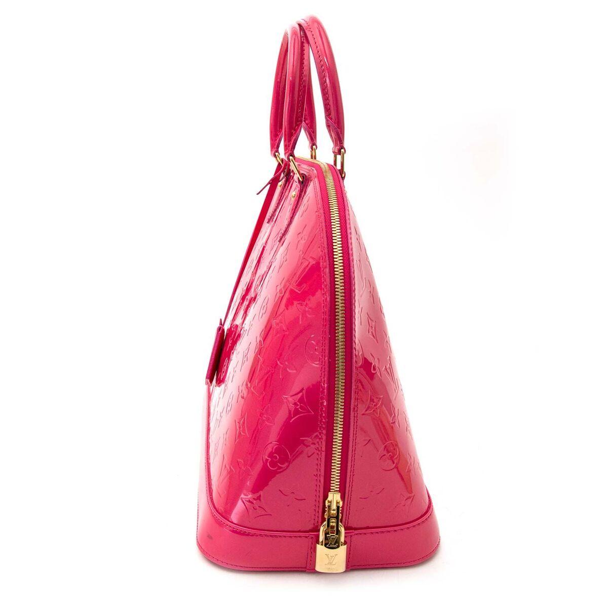 Koop authentieke tweedehands Louis Vuitton Alma bag in een trendy fuchsia kleur (Rose Indien) in vernis met juiste prijs bij LabelLOV. Veilig online shoppen LabelLOV webshop luxe merken winkelen Antwerpen België, mode fashion