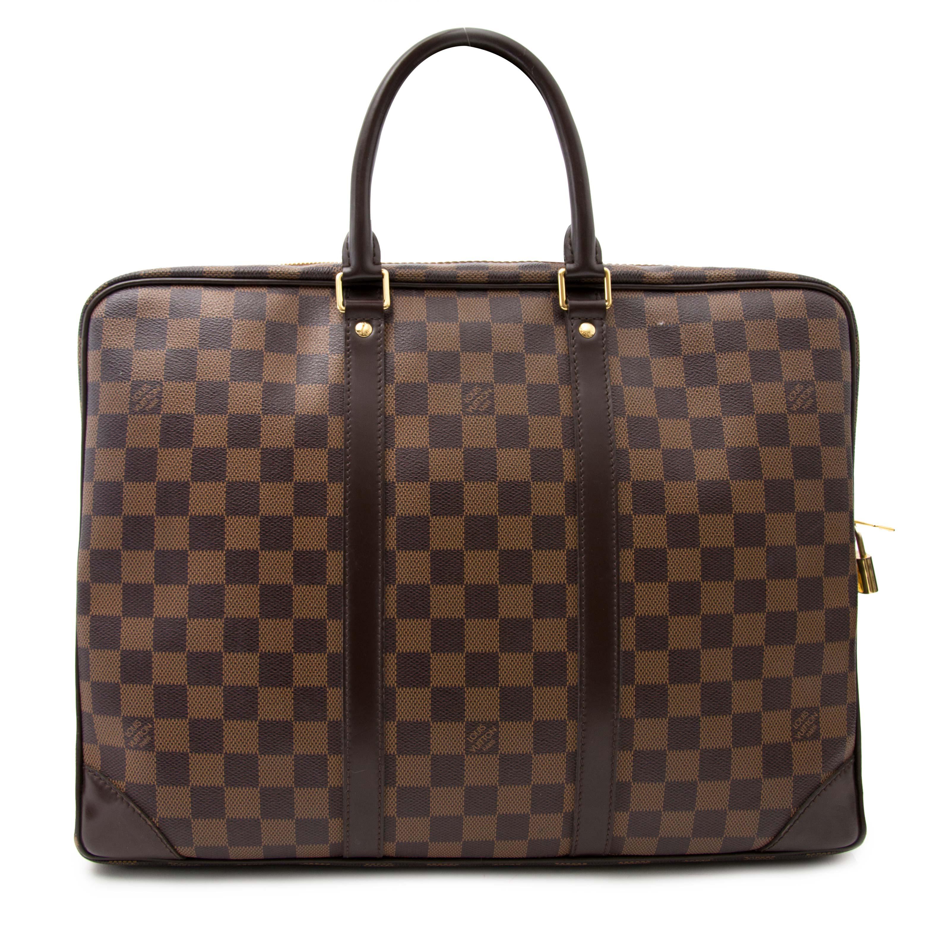Achetez maintenant le Louis Vuitton Damier Ebene Porte-documents Voyage en ligne www.labellov.com, seconde main et luxe aux prix raisonnable.