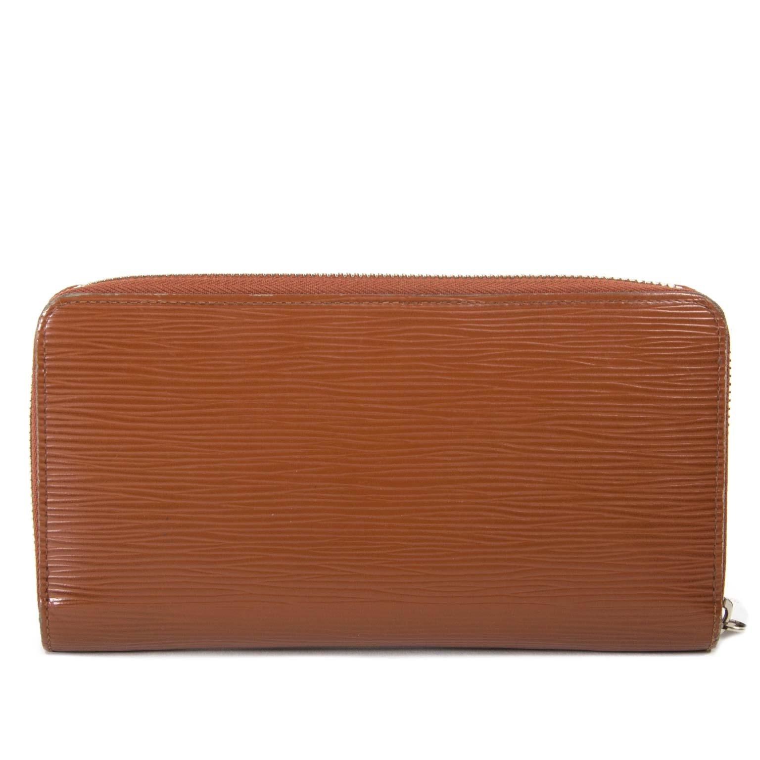 achetez  Louis Vuitton Brown Epi Leather Clemence Wallet chez labellov pour le meilleur prix
