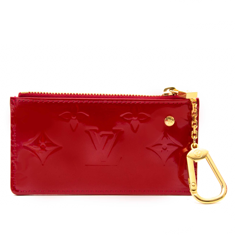 Koop en verkoop uw authentieke accessoires zoals deze Louis Vuitton Pochette Clés Vernis Cerise