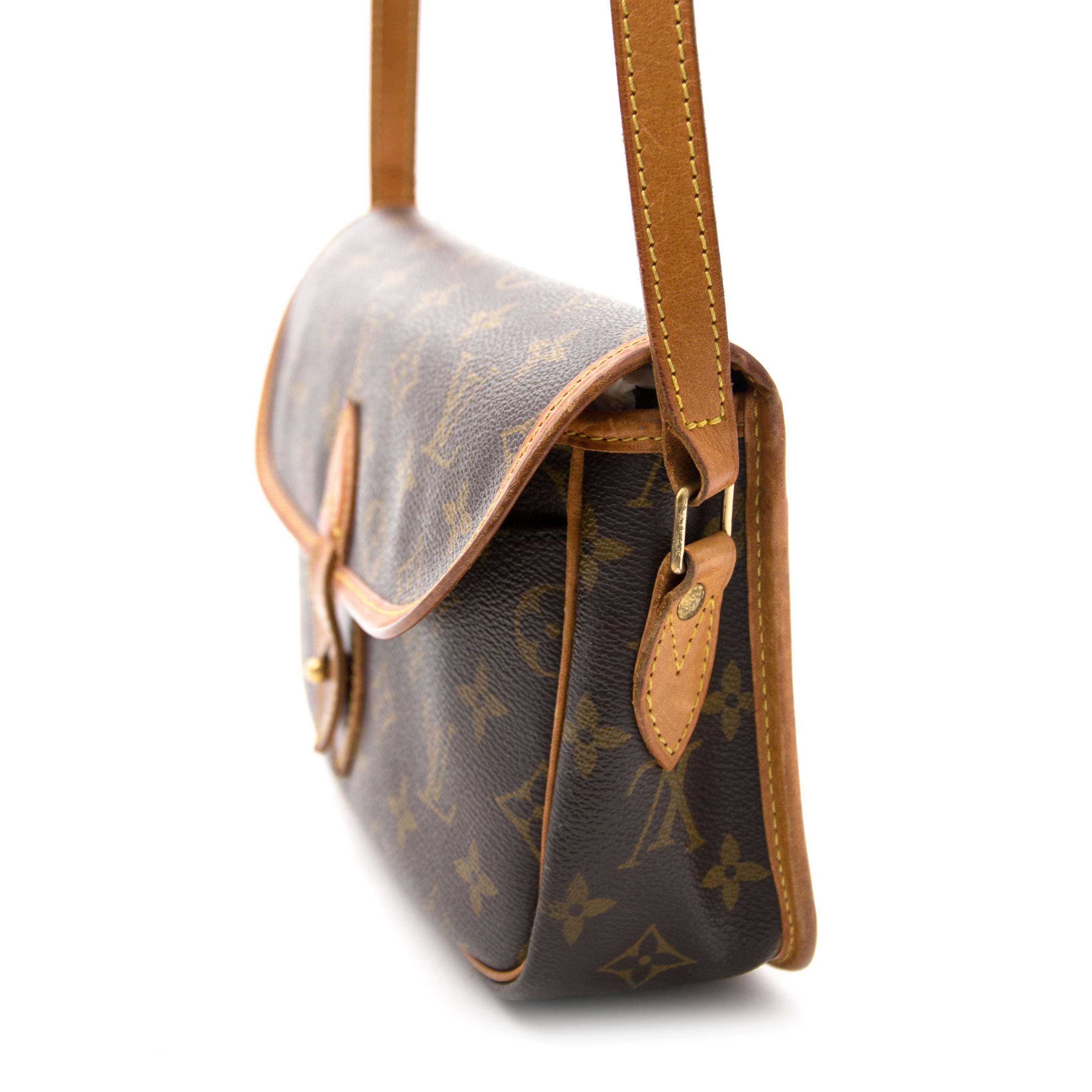 ... koop online aan de beste prijs jou tweedehands Louis Vuitton Monogram  Sac Gibeciere PM 318a3304b44