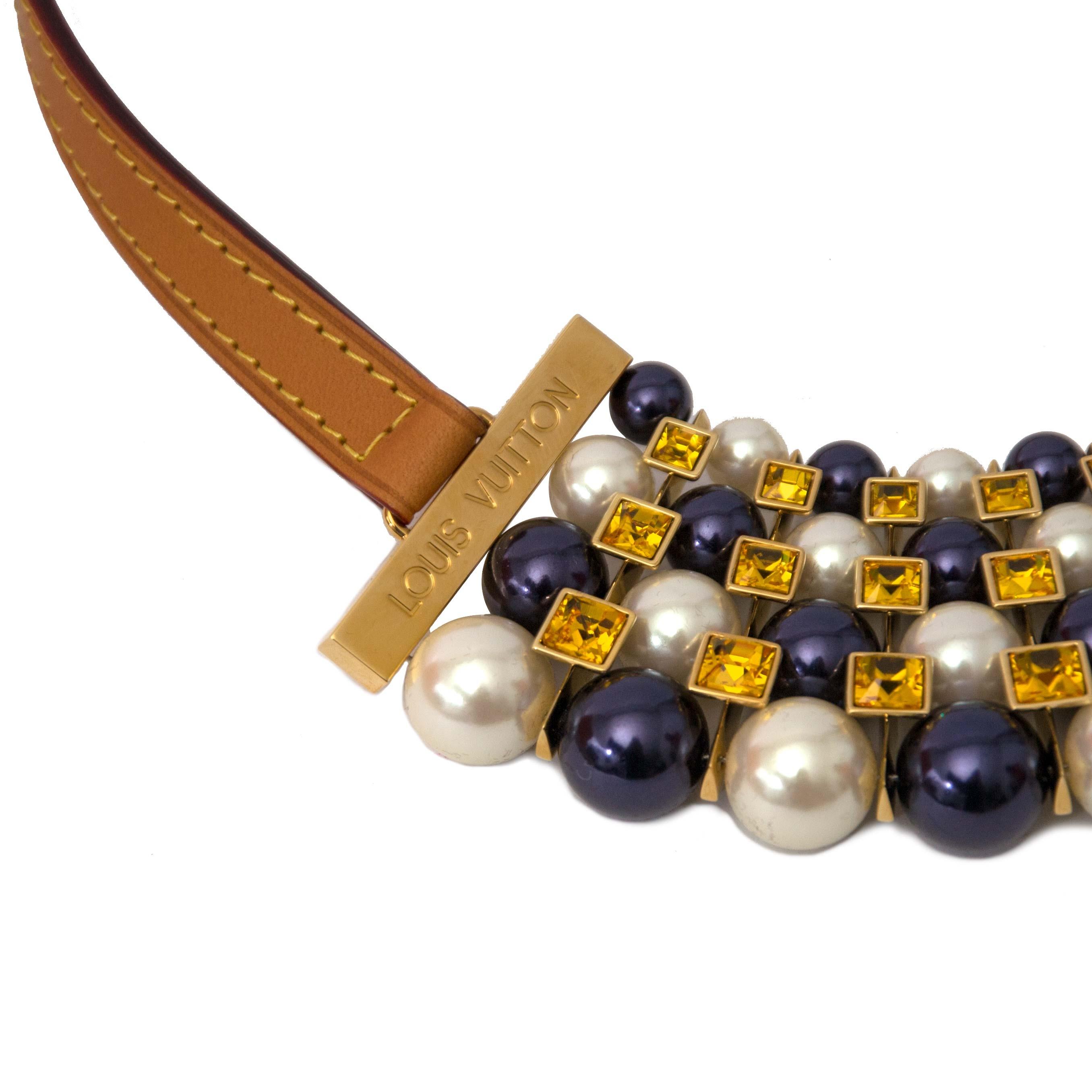 Louis Vuitton Collier Pearls and Crystals collier for the best price available online at Labellov. Koop en verkoop uw authentieke designer handtas aan de beste prijs bij Labellov. Koop en verkoop.