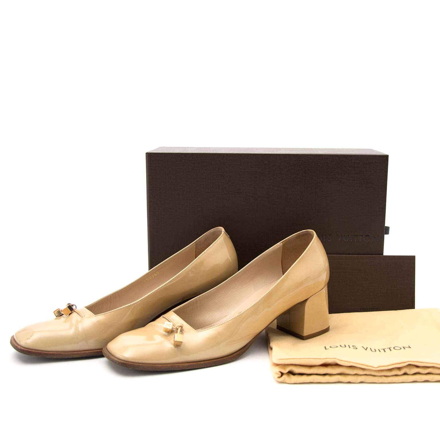 Louis Vuitton Beige Vernis Low Block Heel Pump - Size 39 Buy authentic designer Louis Vuitton secondhand shoes pumps at Labellov at the best price. Safe and secure shopping. Koop tweedehands authentieke LV schoenen bij designer webwinkel labellov.