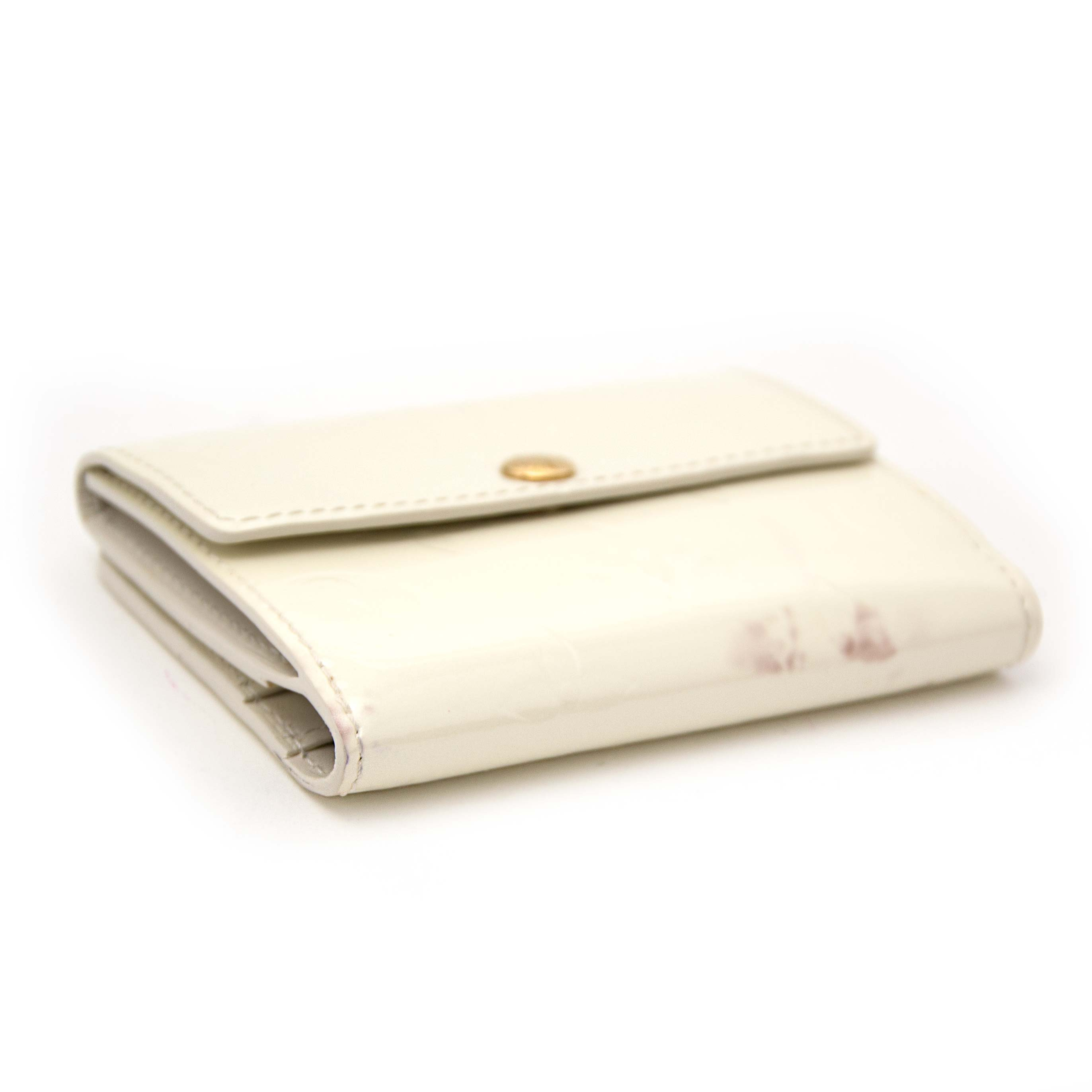 Koop nu veilig online jouw tweedehands Louis Vuitton White Monogram Vernis Elise Wallet op labellov.com