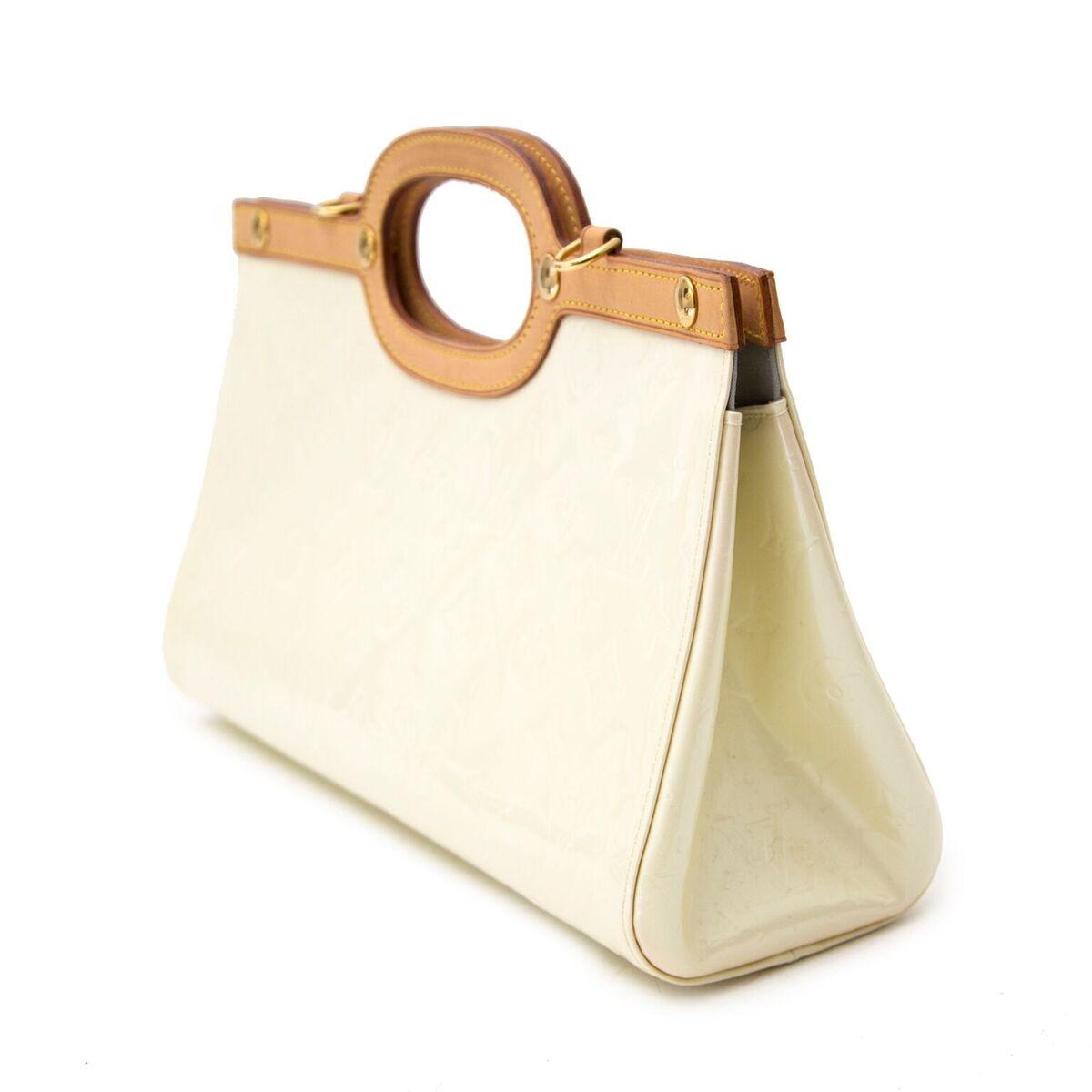 Koop authentieke tweedehands Louis Vuitton Creme Roxbury Drive Bag handtas aan een eerlijke prijs bij LabelLOV. Veilig online shoppen.