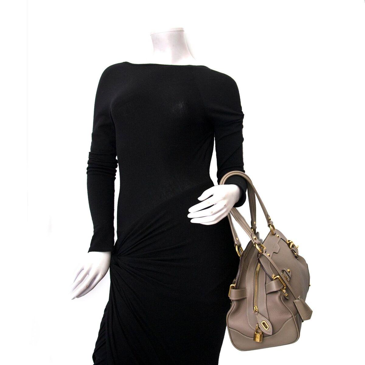 Koop authentieke tweedehands Louis Vuitton khaki aan een eerlijke prijs bij LabelLOV. Veilig online shoppen.