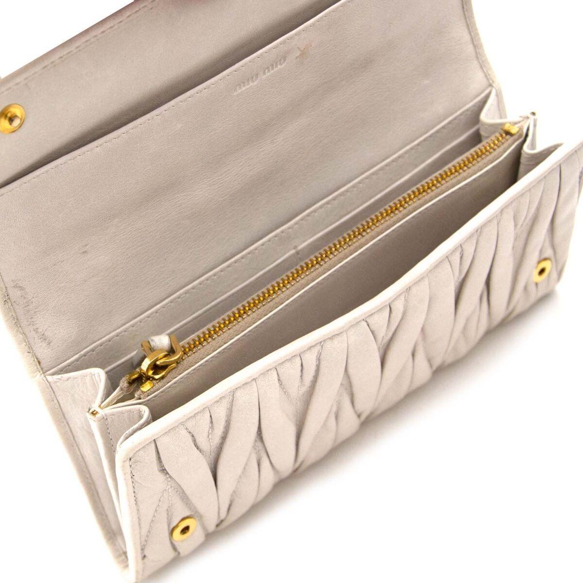 Koop authentieke tweedehands beige Miu Miu portefeuilles aan een eerlijke prijs bij LabelLOV. Veilig online shoppen.