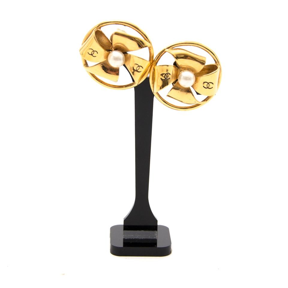 Acheter secure en ligne des boucles d'oreilles authentique Chanel avec des perles en d'or