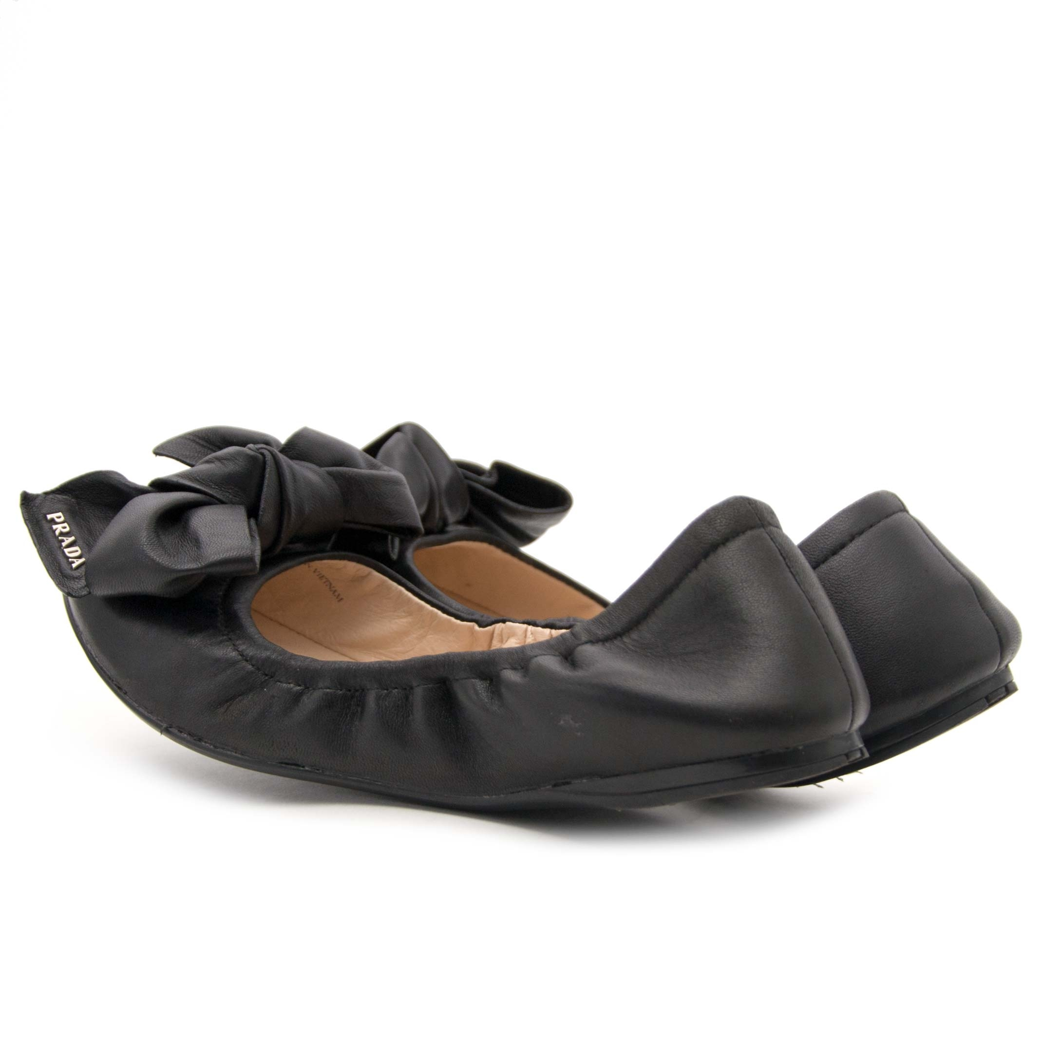 Buy authentic Prada ballerina flats at the best price at Labellov. Safe and secure shopping. Koop tweedehands authentieke Prada ballerina's bij Labellov in Antwerpen.