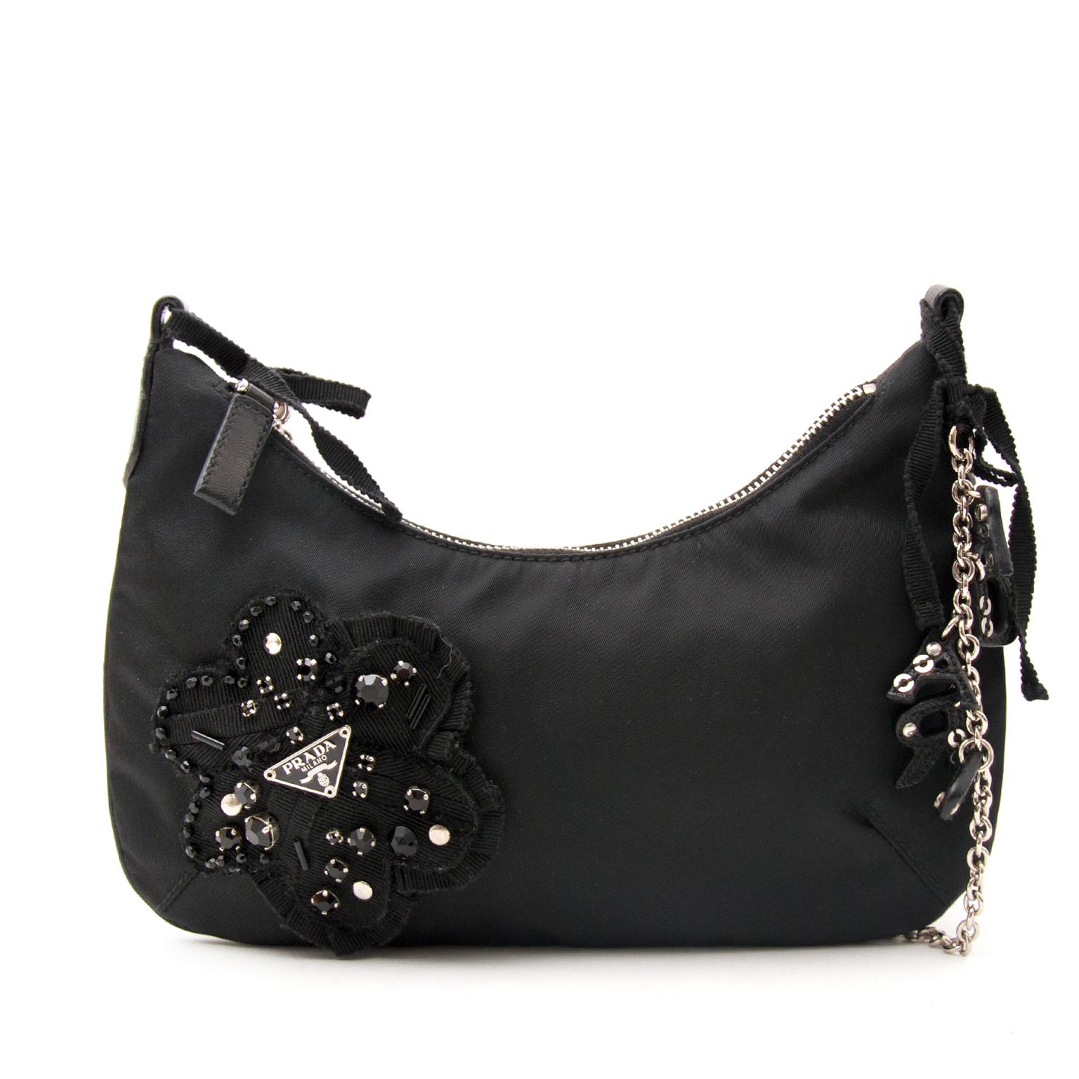 Schwarze Prada Handtasche mit vielen Feinheiten heute online auf labellov.com gegen den besten Preis.