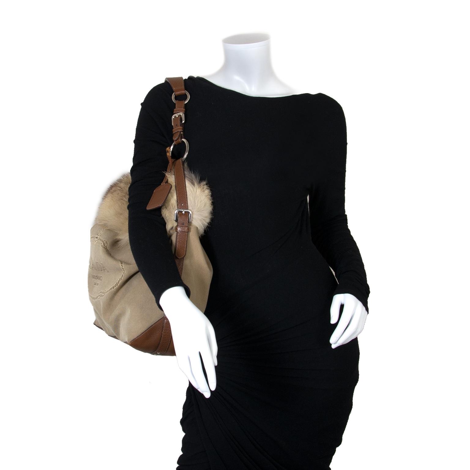 Koop uw authentieke Prada Logo Jacquard and Fur Leather Bag aan de beste prijs bij Labellov