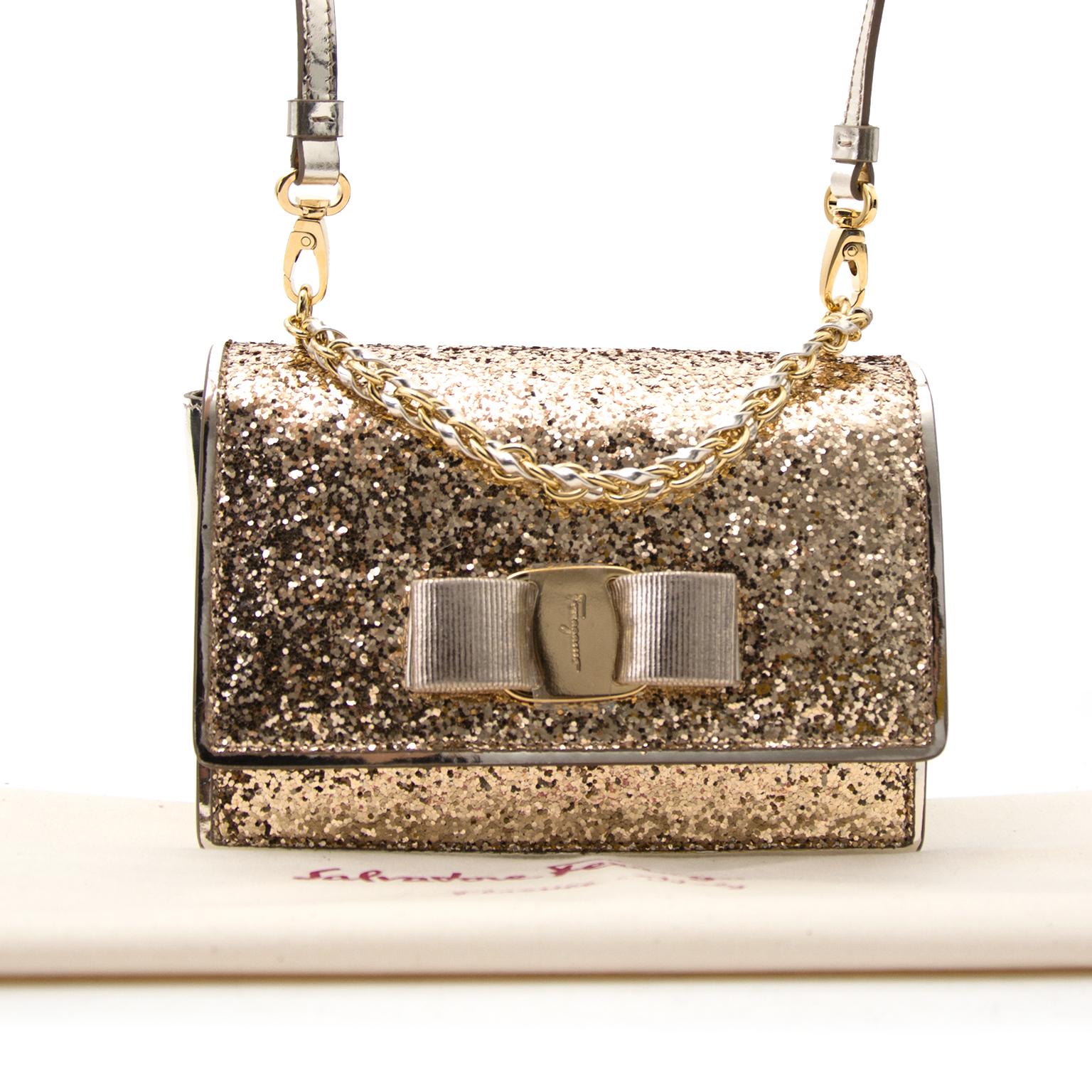 Acheter Salvatore Ferragamo Gold 'Ginny' Clutch en ligne chez Labellov.com