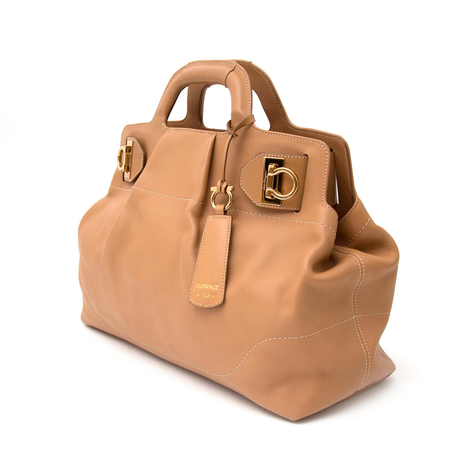 Heute können Sie die Salavator Ferragamo Soft W Medium Handtasche auf labellov.com ankaufen.