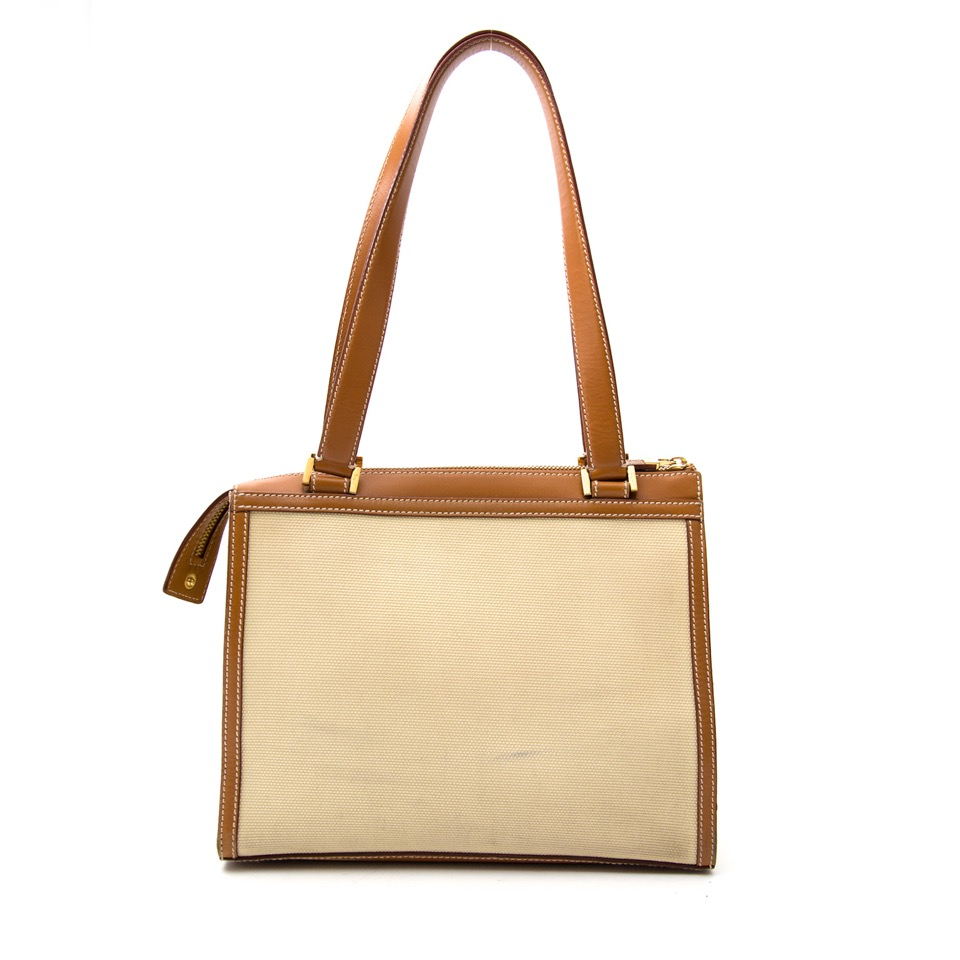 Vintage Salvatore Ferragamo shoulderbag for the best price at Labellov webshop. Safe and secure online shopping with 100% authenticity. Vintage Salvatore Ferragamo sac à epaule pour le meilleur prix.