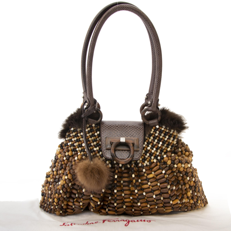 Salvatore Ferragamo Rare Wood Beaded & Mink Fur Hobo Bag. Koop online unieke tas Salvatore Ferragamo, hout & snakeskin & pels tas. Veilige betaling, snelle levering.