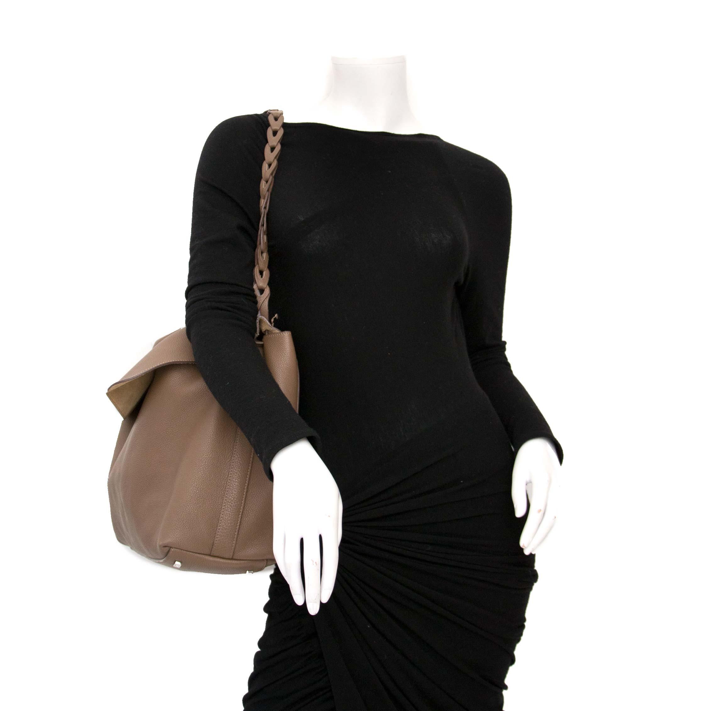 koop veilig online aan de beste The Row Mokka Top Handle Bag