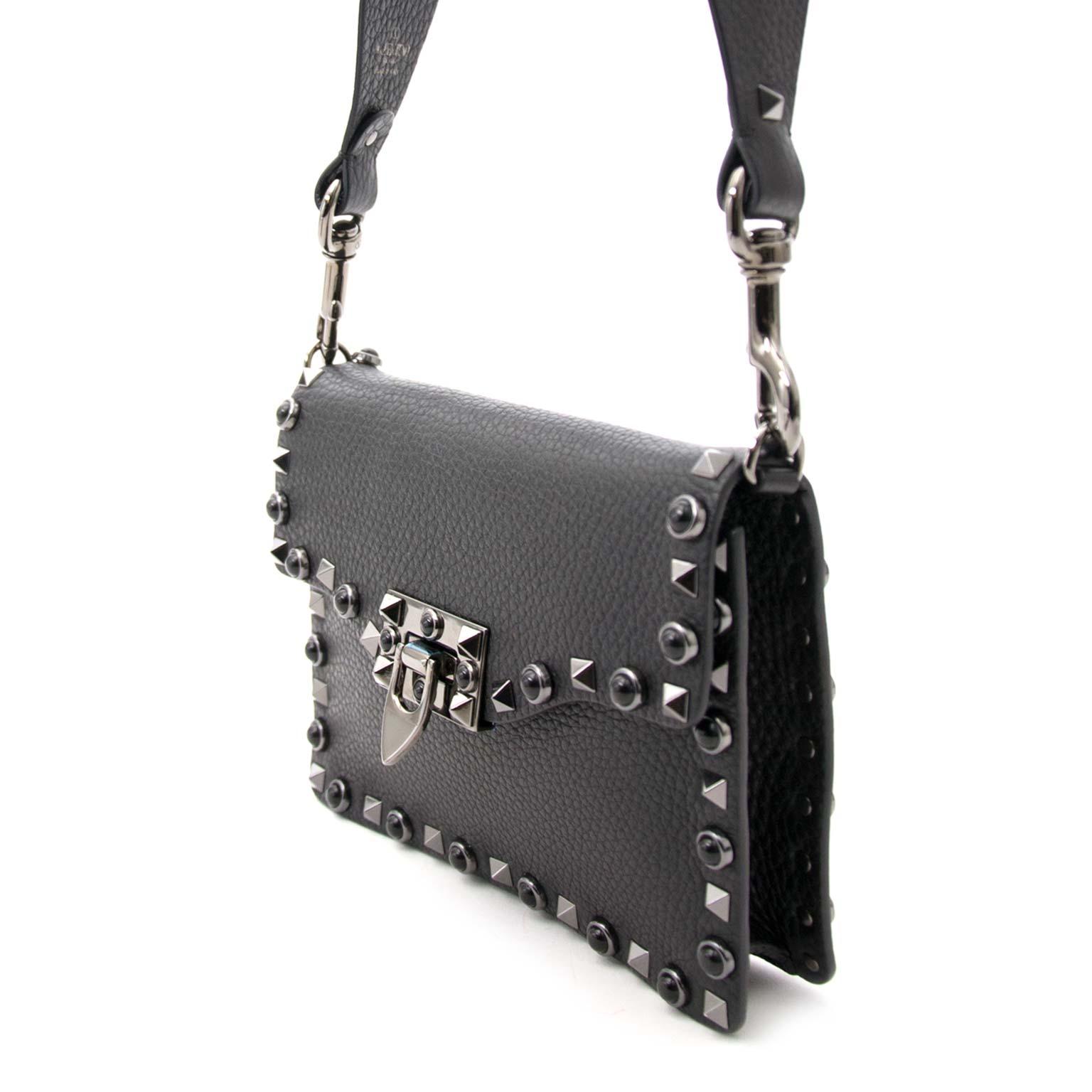6843d79c2 ... Bent u op zoek naar een authentieke Valentino Garavani Rockstud Rolling  Noir Leather Shoulder Bag?