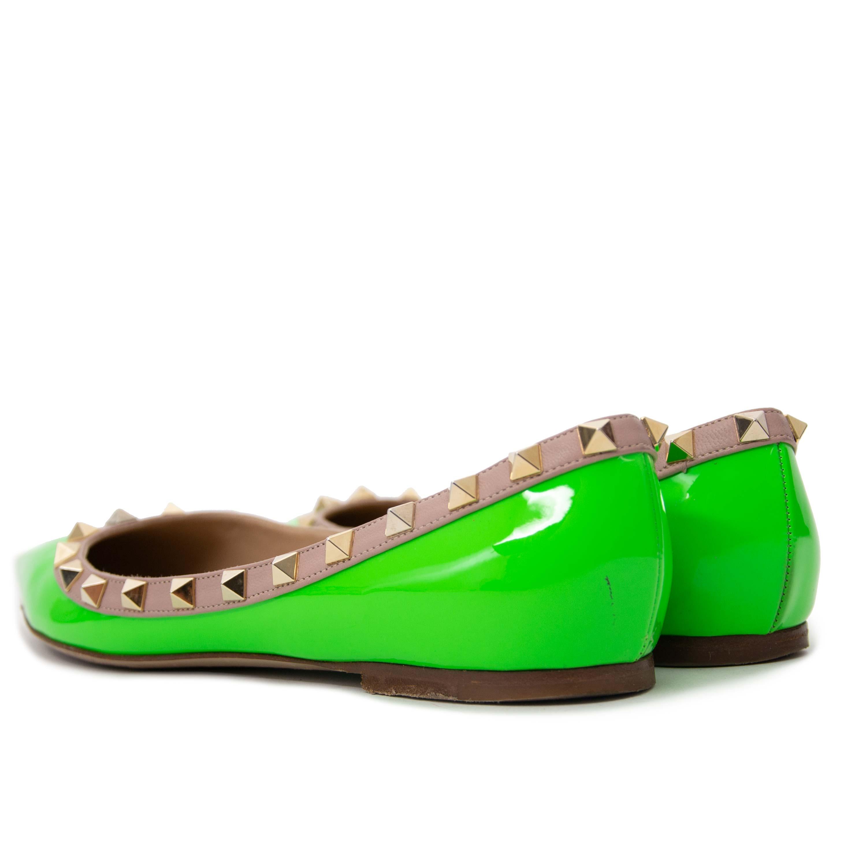 koop tweedehands Valentino Stud Green Patent Leather Ballerina Flats bij labellov