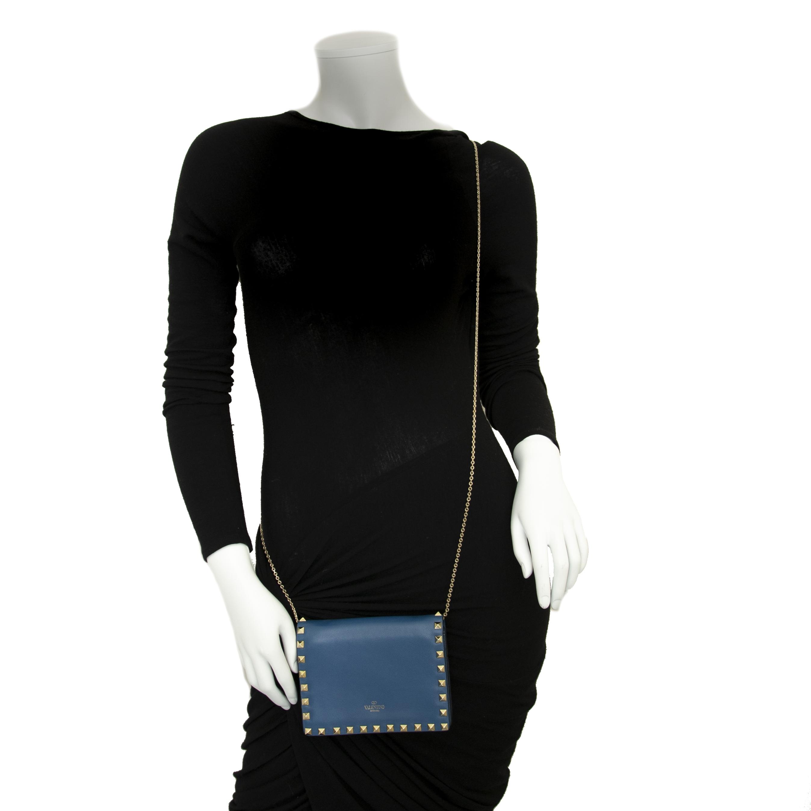 Valentino Blue Mini Rockstud Chain Shoulder Bag en ligne chez labellov.com pour le meilleur prix
