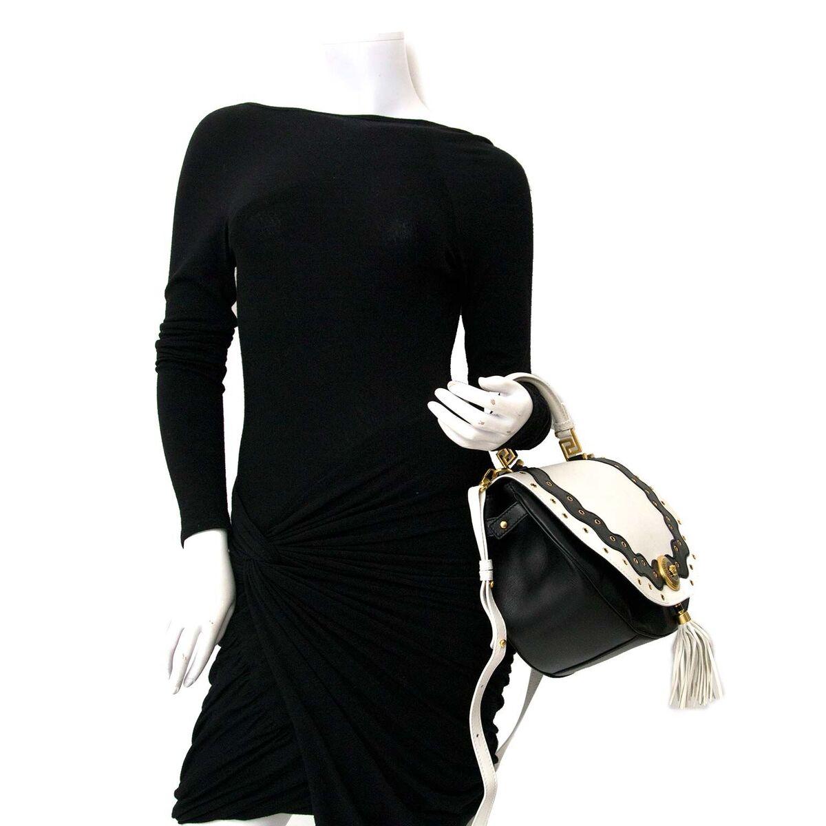 Koop authentieke tweedehands Versace tas in zwart / witte leder aan een eerlijke prijs bij LabelLOV. Veilig online shoppen.