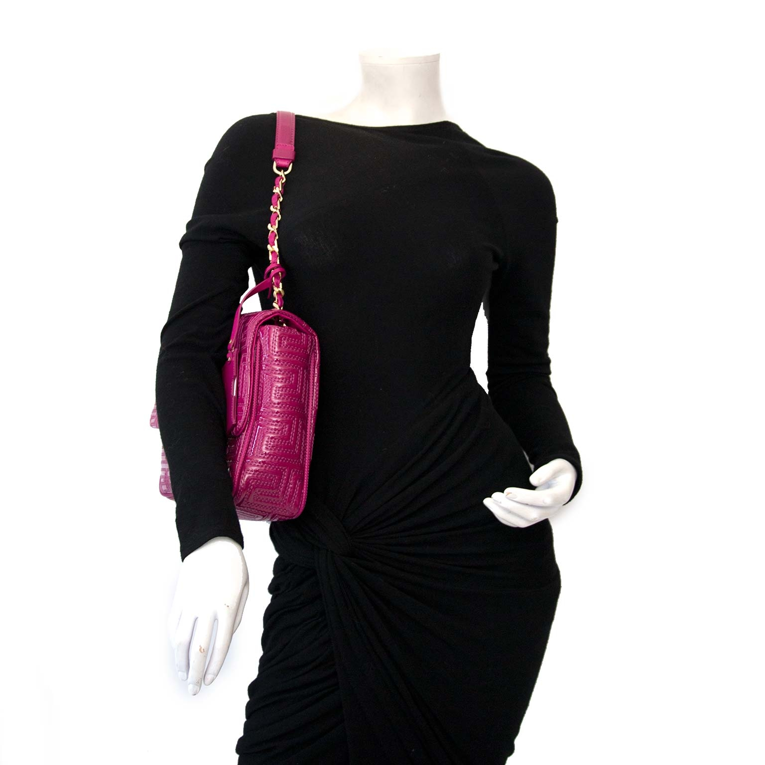 Versace Couture Fuchsia Patent Shoulder Bag Buy authentic designer versace secondhand bags at Labellov at the best price. Safe and secure shopping. Koop tweedehands authentieke versace tassen bij designer webwinkel labellov.