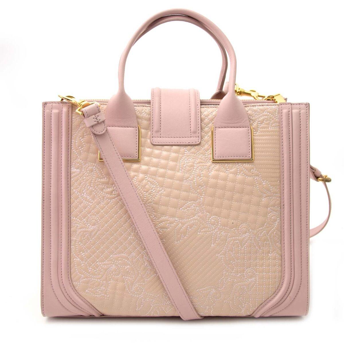 Koop authentieke tweedehands Versace tassen aan een eerlijke prijs bij LabelLOV. Veilig online shoppen.