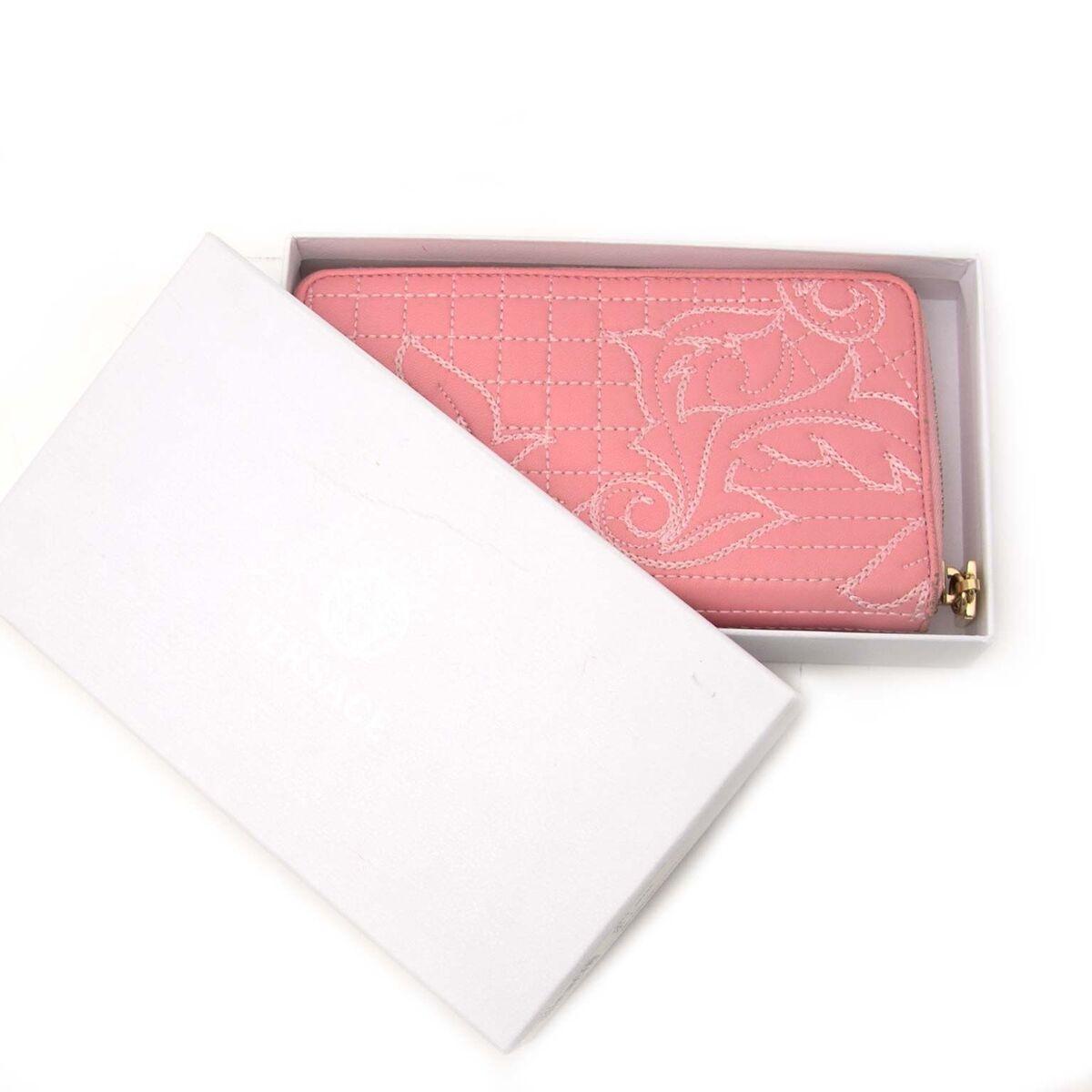 Koop authentieke tweedehands Versace portefeuille aan een eerlijke prijs bij LabelLOV. Veilig online shoppen.