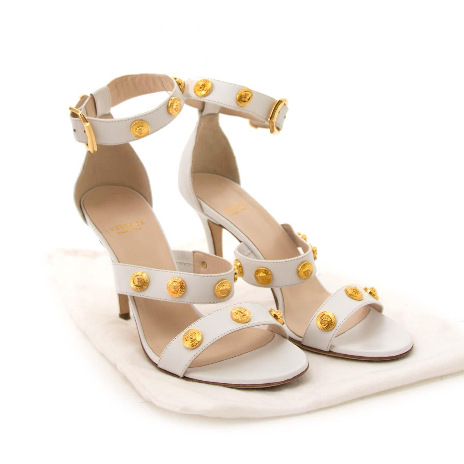 Versace Signature Medusa High Heel Sandal White & Gold taille 37 en ligne chez labellov.com pour le meilleur prix