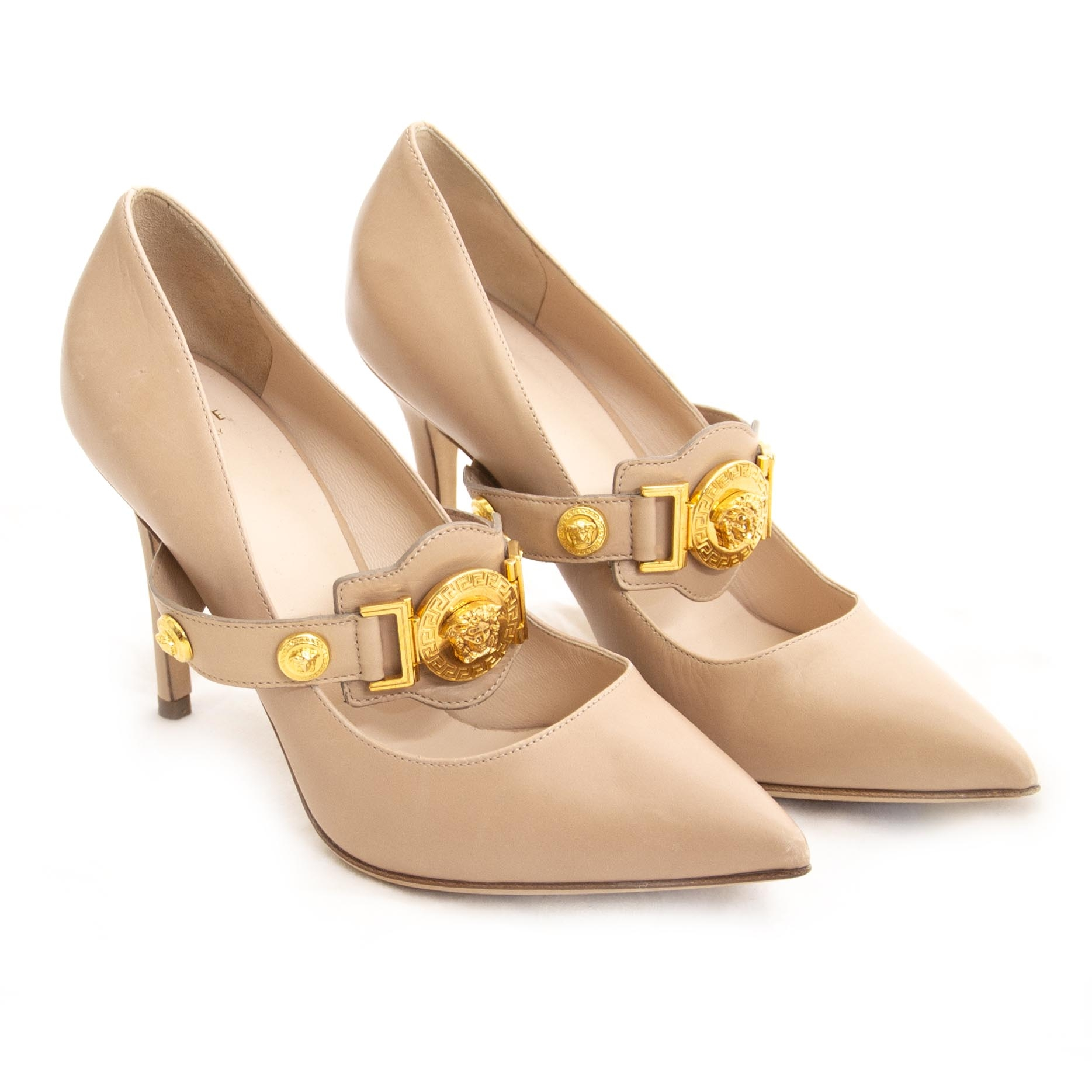 Versace Nude Medusa Pump - 37,5 (Labellov). For the best price at LabelLov. Pour le meilleur prix à LabelLOV. Voor de beste prijs bij LabelLOV.